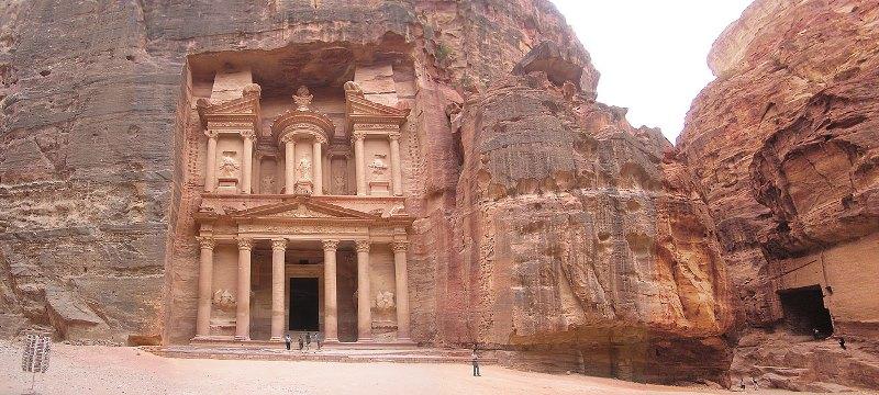 Uno de los más espléndidos monumentos de Petra, es al-Khazneh o Tesoro del faraón. La tumba se remonta al siglo I a.C. y probablemente perteneció a la familia real de Aretas III.
